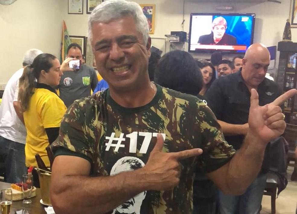 Major Olimpio comemora vitória em bar de Santana, Zona Norte de SP — Foto: André Azeredo/G1