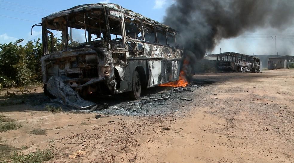 População incendeia ônibus após triplo assassinato de jovens em São Luís — Foto: Reprodução/TV Mirante