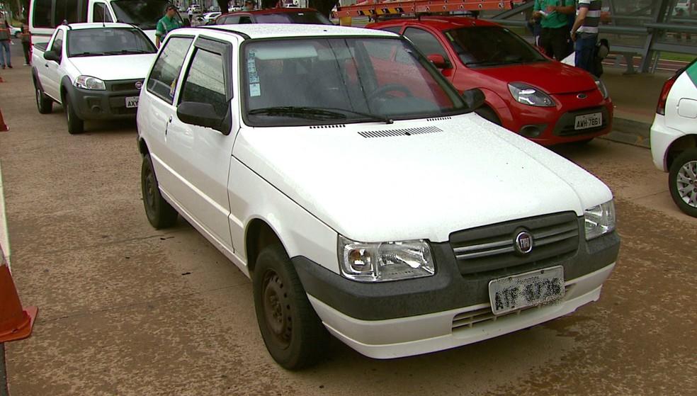 Segundo o Cettrans, o automóvel - avaliado em R$ 12 mil - soma 188 multas por várias infrações, como excesso de velocidade e a falta de identificação do motorista (Foto: Reprodução/RPC)
