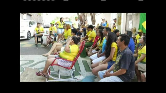 Moradores da região se enfeitam e decoram ruas para torcer pelo Brasil na Copa