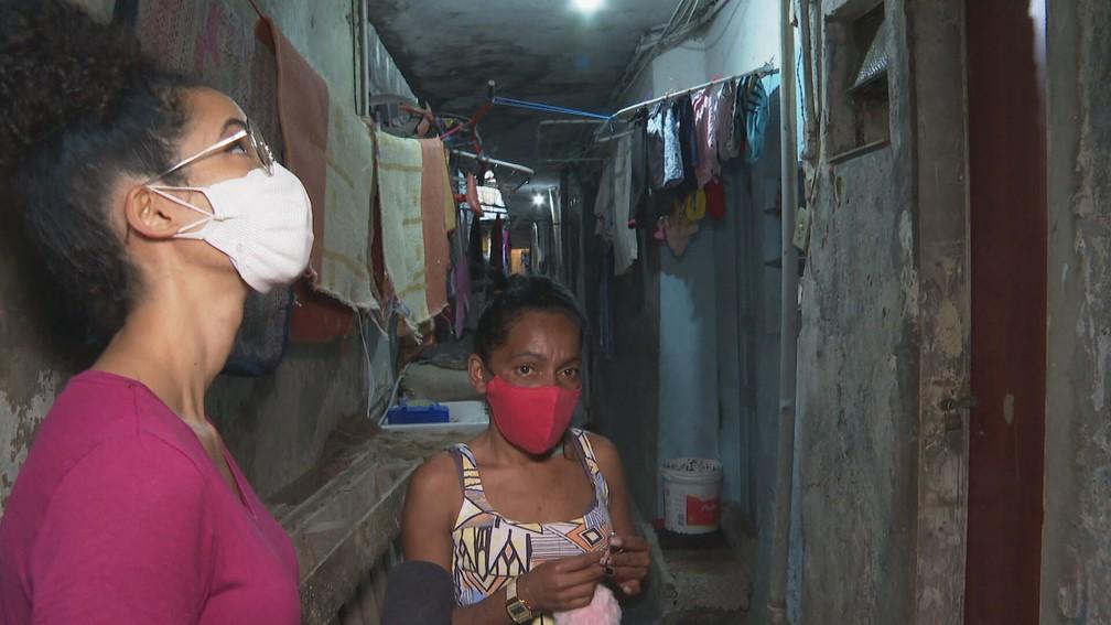 Francineide mostra para equipe do Profissão Repórter o cortiço onde mora. — Foto: Reprodução/TV Globo
