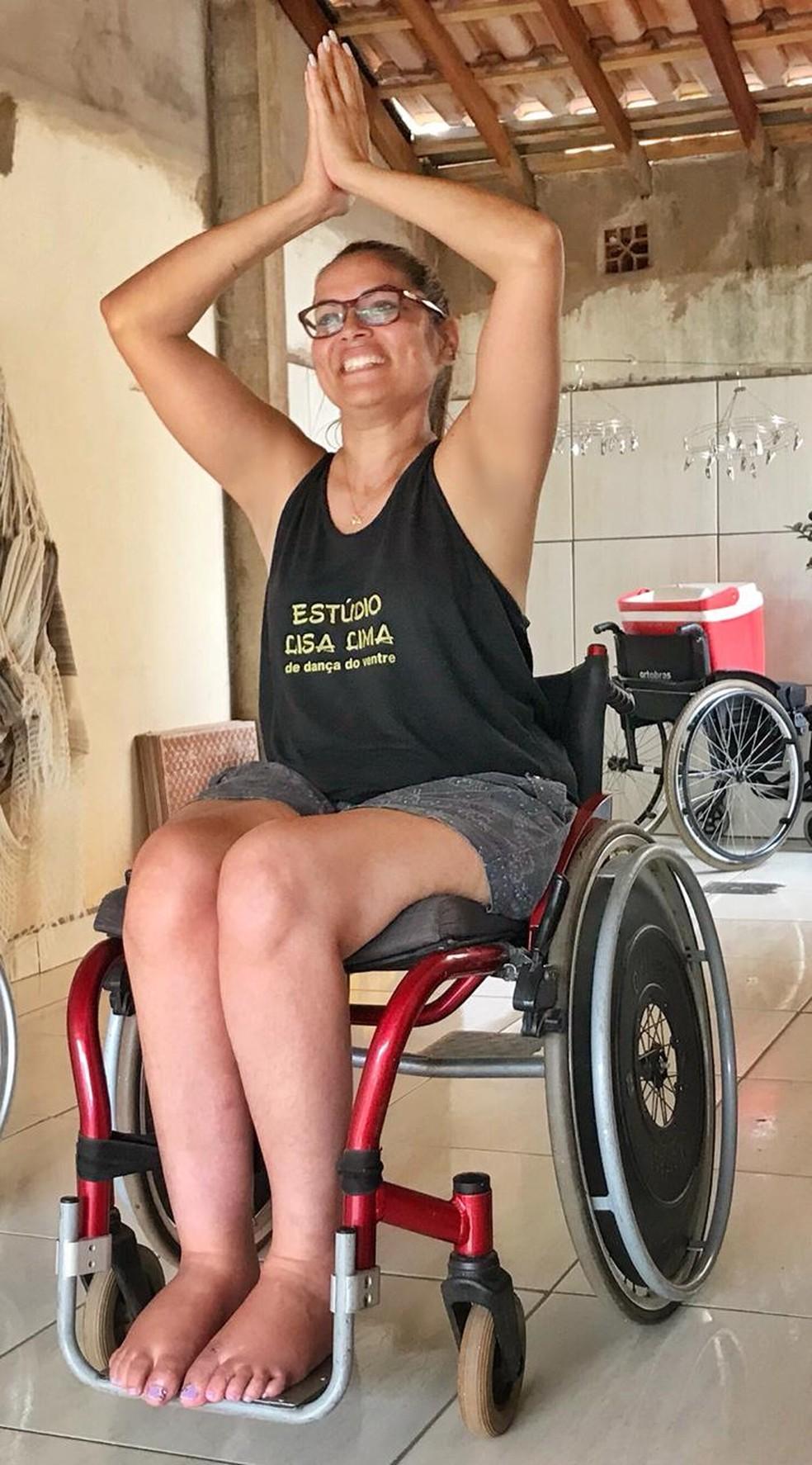 Suzana Vieira perdeu o movimento das pernas há 10 anos e conta que dançar, hoje, traz uma emoção muito forte — Foto: Jaqueline Naujorks/G1MS