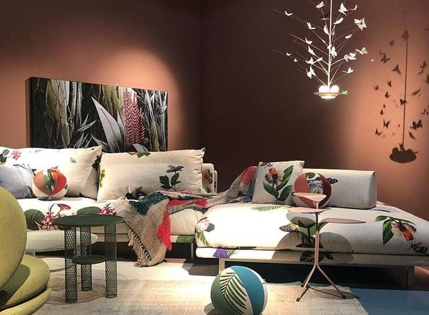 Showroom da marca Moroso, em parceria com o designer alemão Ingo Maurer. Na foto,  Luminária La Festa Delle Farfalle sobre sofá Josh, de Edward Van Vliet (Foto: Casa e Jardim)
