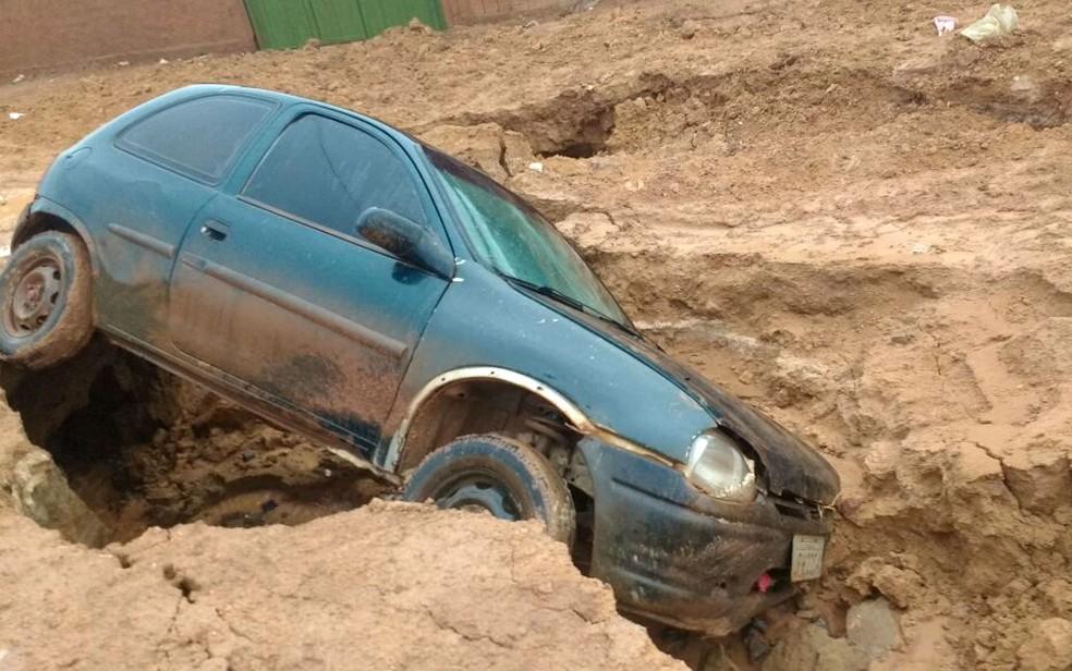Carro tombado em vala formada em estrada de chão em Sol Nascente, no Distrito Federal (Foto: Cláudio Araújo/Arquivo pessoal)