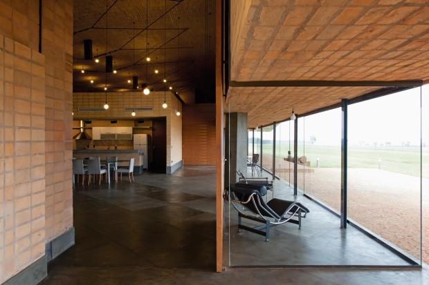 Casa no Paraguai é construída com bloco artesanal (Foto: Leonardo Finotti Architectural P)