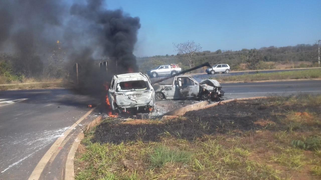 Dois carros batem de frente e pegam fogo na LMG-451; três pessoas ficaram feridas - Radio Evangelho Gospel