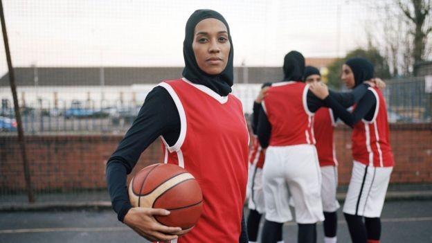 Asma Elbadawi diz que teme que as meninas nunca aprendam a gostar de seus corpos (Foto: Via BBC)
