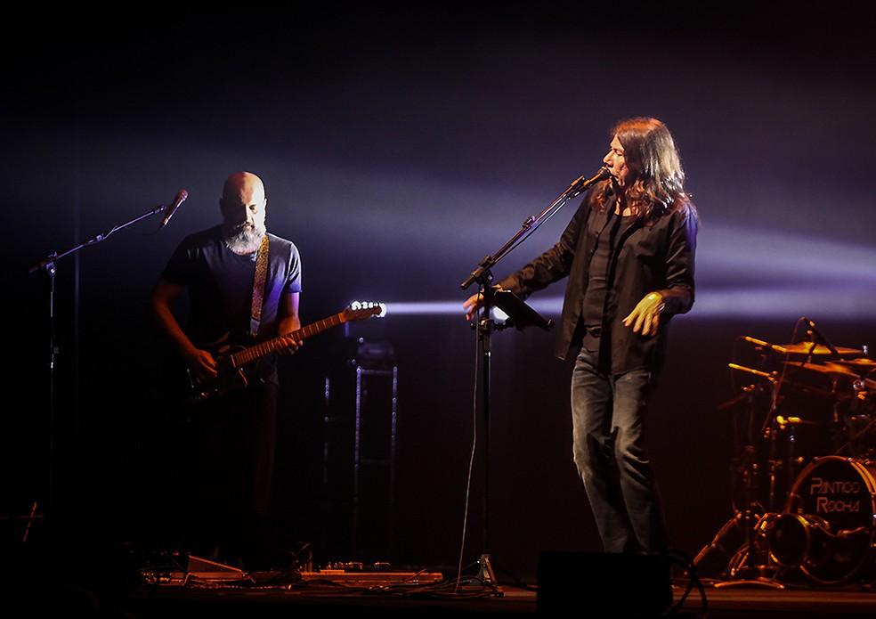 Lenine e o guitarrista JR Tostoi no show 'Lenine em trânsito' (Foto: Divulgação Vivo Rio / Ricardo Nunes)