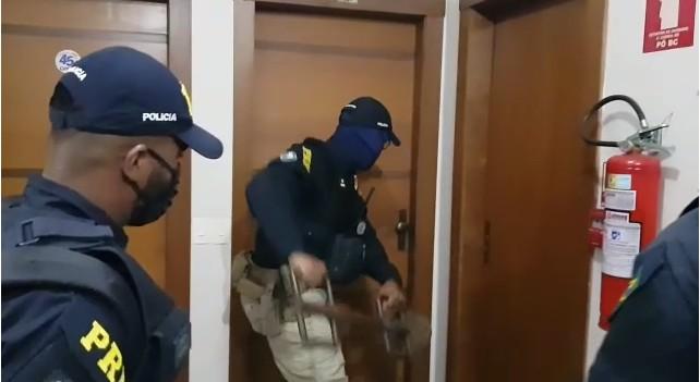 PRF encontra teias de aranha e canoa abandonada em empresa de fachada durante operação contra adulteração de combustíveis