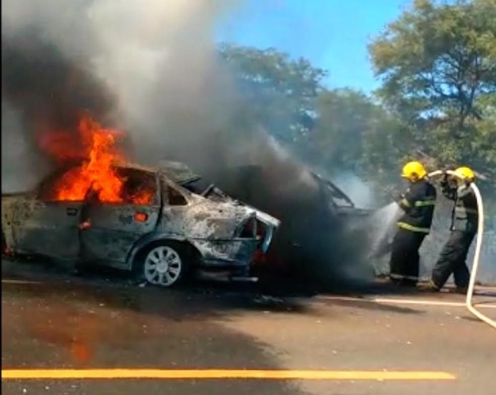 Carros ficaram destruídos após colisão e incêndio — Foto: Reprodução