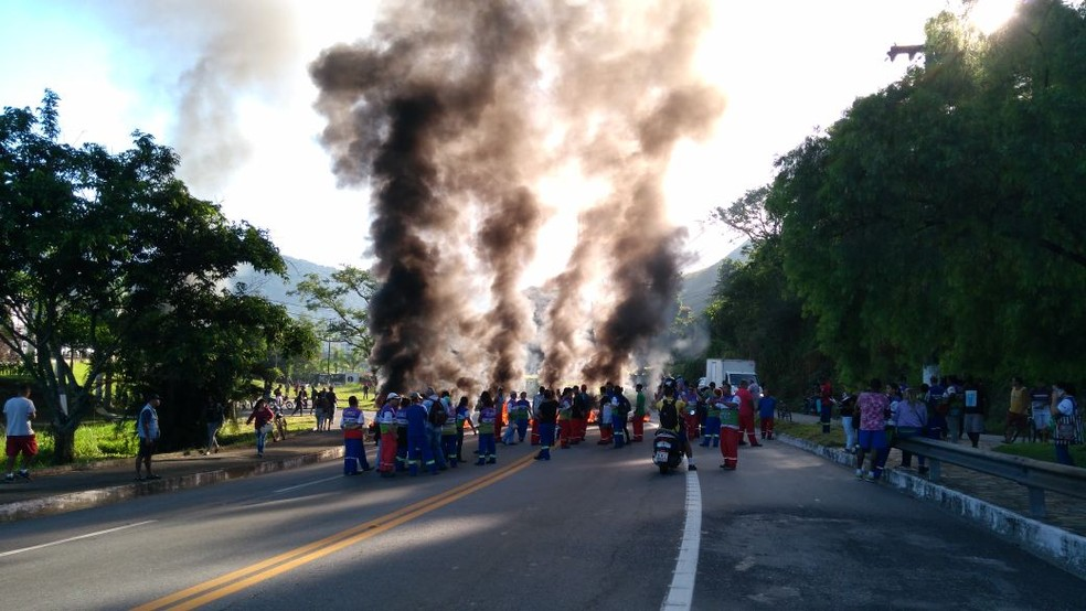 Protesto fecha os dois sentidos da BR-101, em Angra dos Reis (Foto: Rodrigo Pires/Arquivo Pessoal)