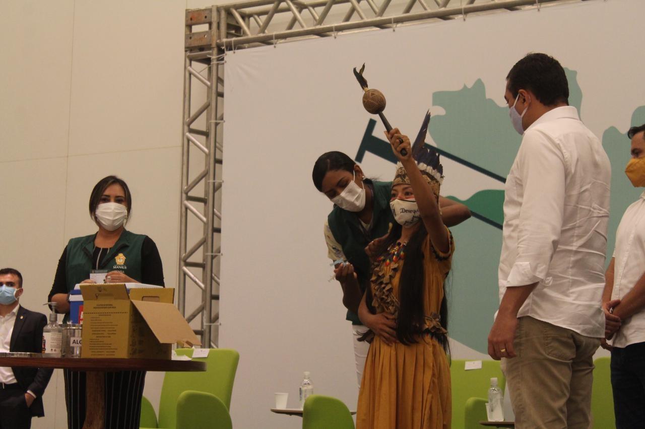 Enfermeira indígena Vanda Ortega é a primeira vacinada contra Covid no Amazonas