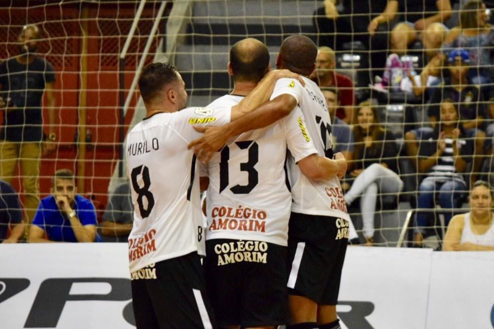 3575cc4638f4e ... Jogadores corintianos comemoram o primeiro gol da partida — Foto    futfutbr