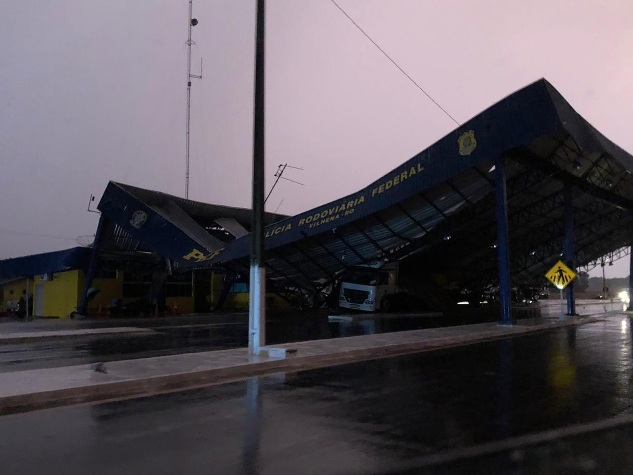 Estrutura metálica da PRF desaba e atinge caminhão durante forte chuva em Vilhena, RO