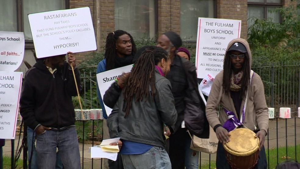 A exigência da escola gerou protestos no ano passado — Foto: BBC
