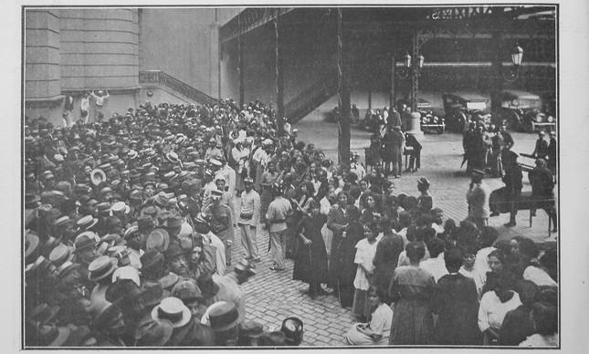 Multidão à espera para comprar frango por acreditar que alimento combatia sintomas da gripe