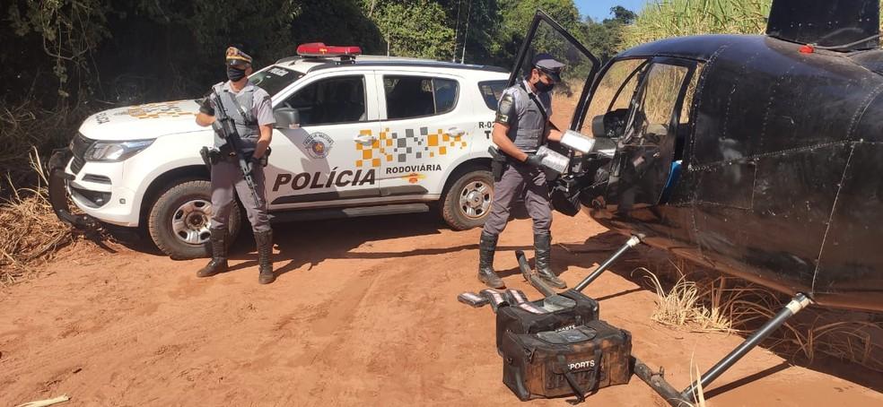 Policiais encontraram tijolos de cocaína dentro de helicóptero próximo a Paraguaçu Paulista e Lutécia — Foto: Polícia Rodoviária/Divulgação