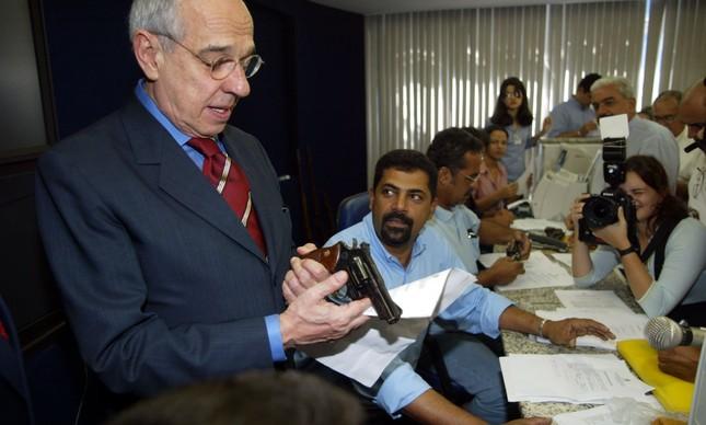 Campanha do Desarmamento: Então ministro da Justiça, Marcio Thomaz Bastos acompanha entrega de armas em Recife, em julho de 2004