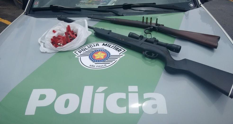 Armas foram apreendidas com o caseiro detido  (Foto: Polícia Ambiental/Divulgação)