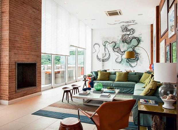 persiana-lareira-sala-de-estar-grafite (Foto: J.Vilhora/Divulgação)