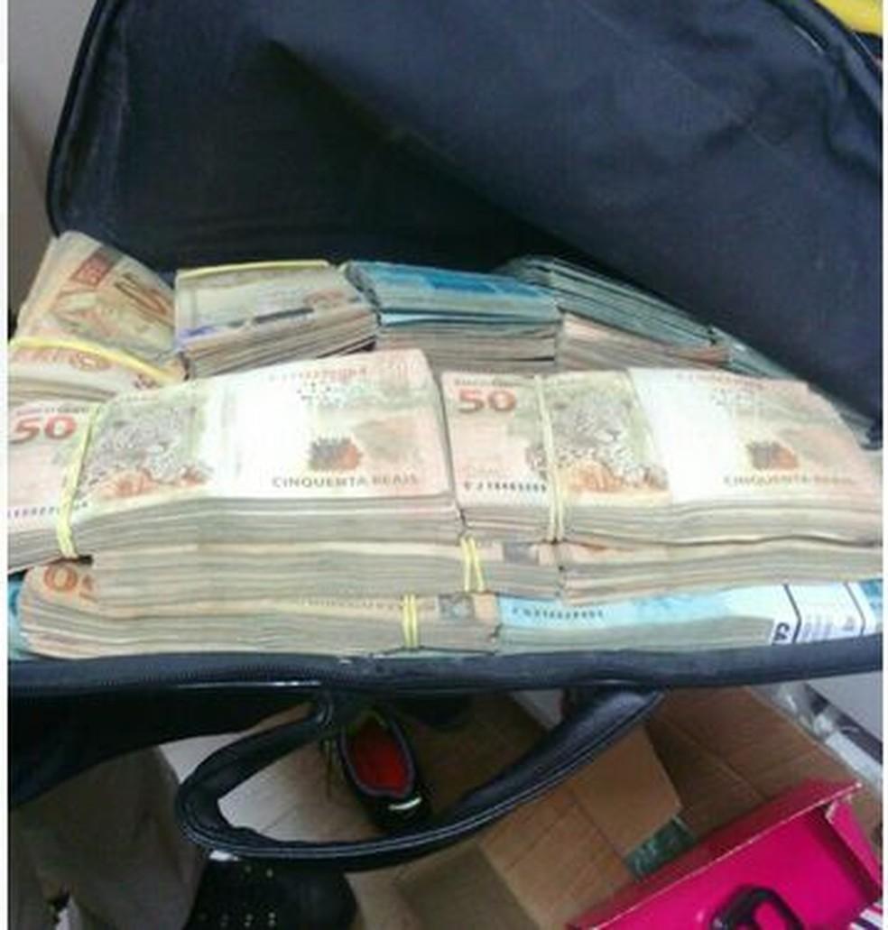 Dinheiro apreendido com um ex-secretário da prefeitura de São Sebastião (Foto: Polícia Federal/ Divulgação)