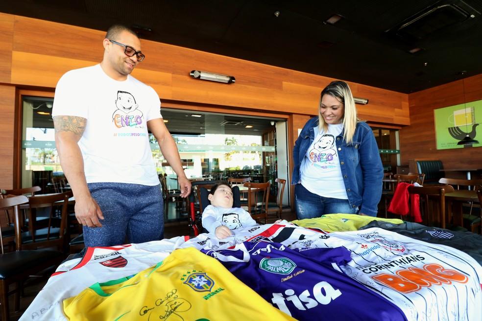 Enzo com os pais, Elisson e Marcela — Foto: Danilo Sardinha/GloboEsporte.com