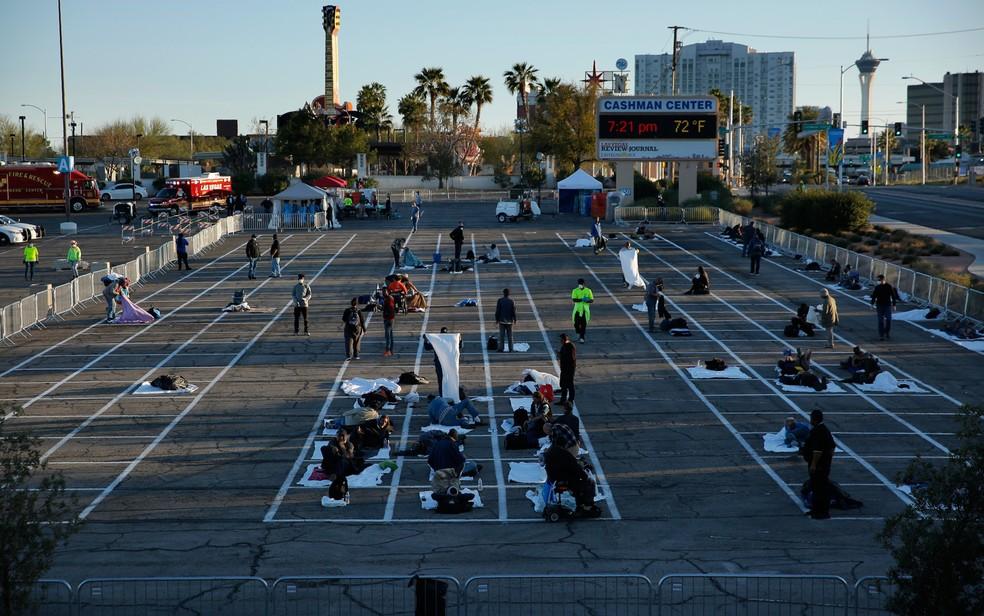 30 de março - Sem-teto dormem em lugares marcados em um estacionamento na cidade de Las Vegas, nos EUA. — Foto: John Locher/AP Photo