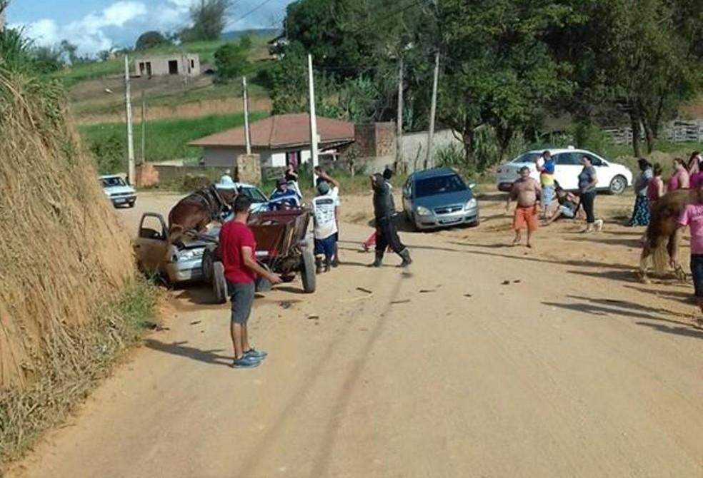 Dois cavalos ficaram desgovernados e subiram em carro em Canelinhas — Foto: Marciano Machado/Olhovivocam