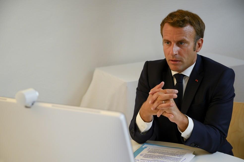 O presidente da França, Emmanuel Macron, durante teleconferência com outros líderes mundiais sobre a situação no Líbano — Foto: Christophe Simon/Pool via Reuters