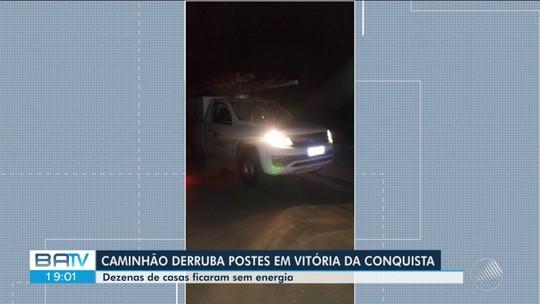 Caminhão derruba postes e deixa casas sem energia no bairro Covema 1