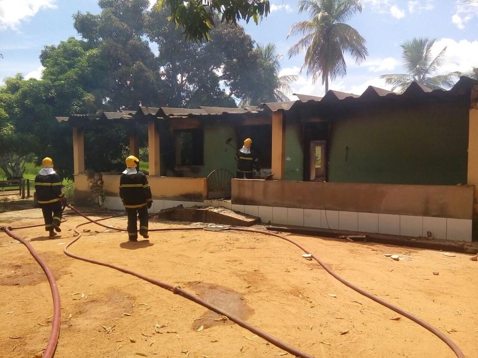 Fogo consumiu todos os cômodos da residência na zona rural de Galiléia (Foto: Tiago Lopes/InterTV dos Vales)