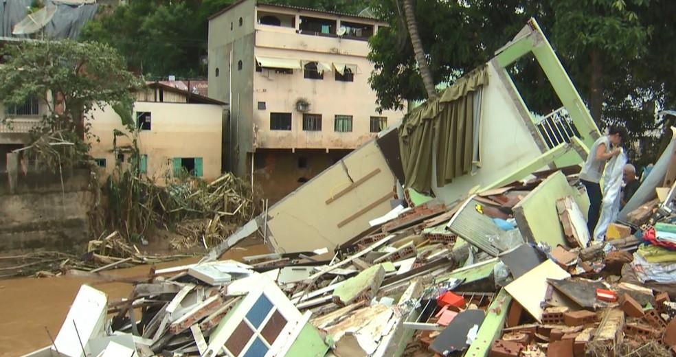 Casa de três andares desaba após enchente, em Iconha, no ES  — Foto: Reprodução/ TV Gazeta