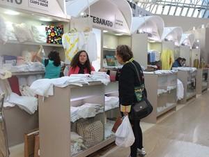 Artesã maria de Lourdes aprecia produtos do Piauí feitos a mão  (Foto: Gilcilene Araújo/G1)
