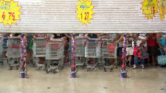 Consumidores fazem fila para aproveitar aniversário de supermercado