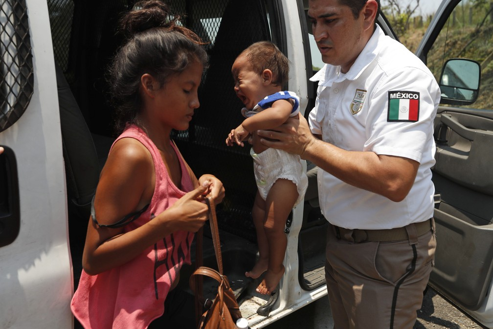 immigration agents take child from mom - 1008×672