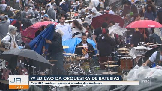 Orquestra de Baterias reúne 590 músicos na Passarela Nego Quirido em Florianópolis