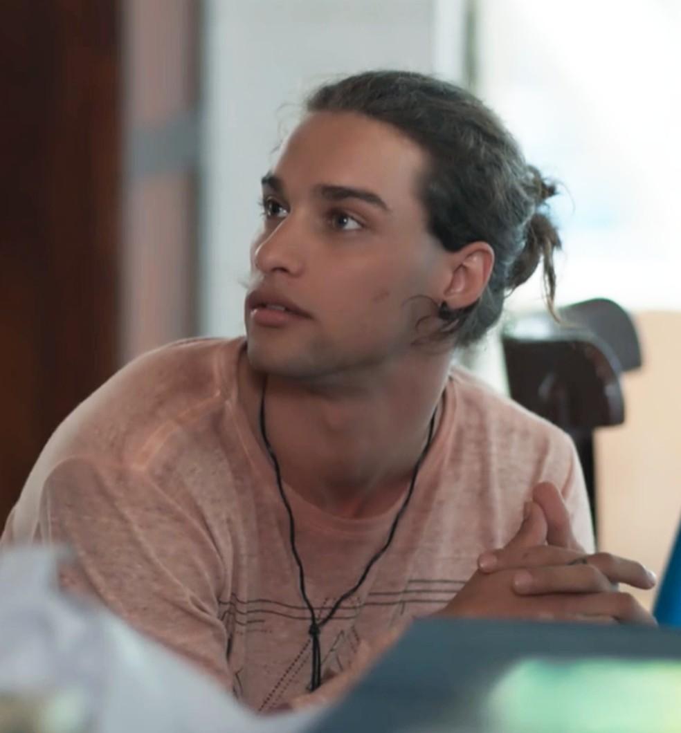 Deco (Pablo Morais) é supreendido por Keyla (Gabriela Medvedovski) em 'Malhação - Viva a Diferença' — Foto: Globo