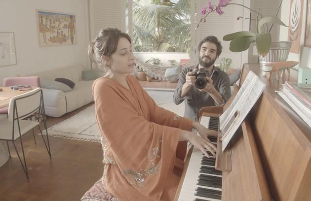 Luisa Arraes e Caio Blat mostram a sala da casa da atriz na Zona Sul do Rio de Janeiro. O episódio estrelado por eles vai ao ar nesta terça, 29 (Foto: Divulgação)
