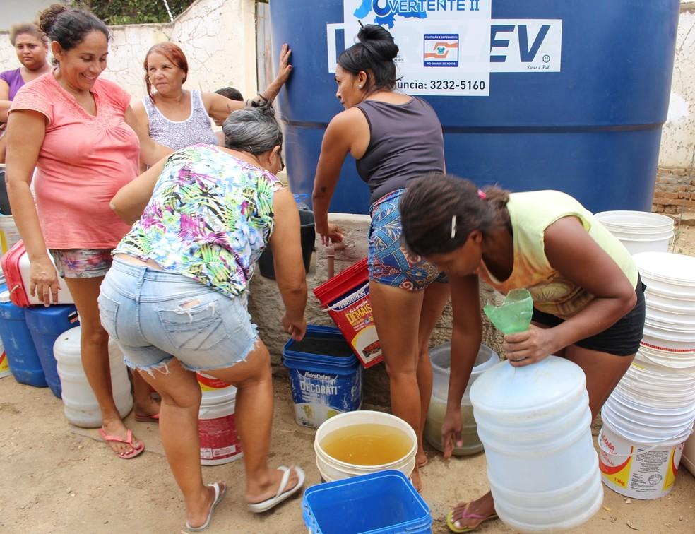Sem água nas torneiras, moradores de Santana do Matos enfrentam fila para pegar água nos chafarizes espalhados pela cidade (Foto: Anderson Barbosa/G1)