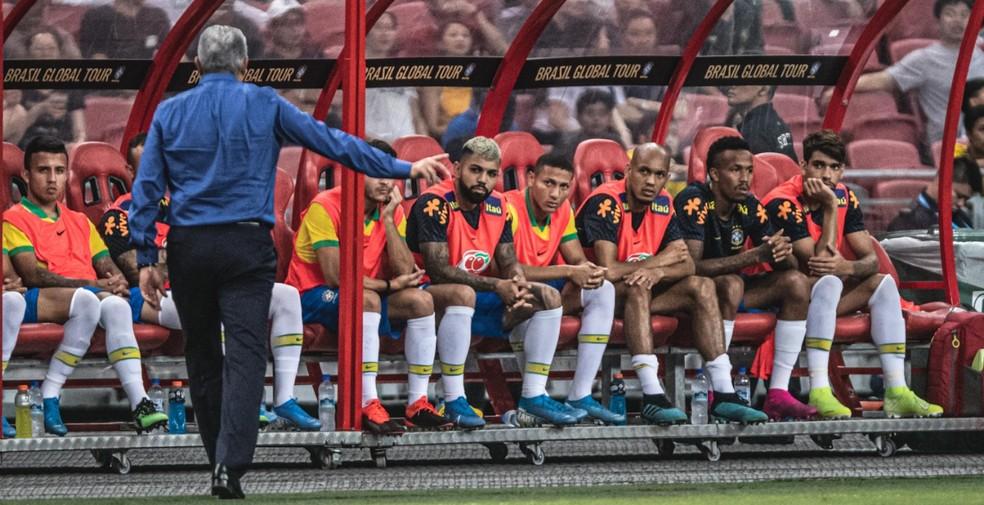 No banco, Gabigol presta atenção em Tite durante Brasil x Senegal — Foto: Pedro Martins / MowaPress