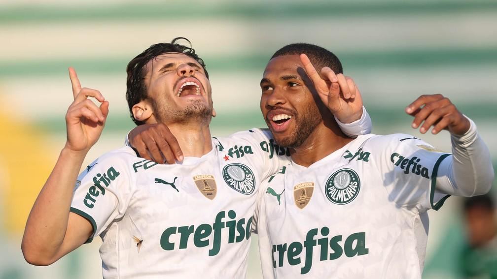 Raphael Veiga e Wesley comemoram o gol do Palmeiras contra a Chapecoense — Foto: Cesar Greco / Ag. Palmeiras