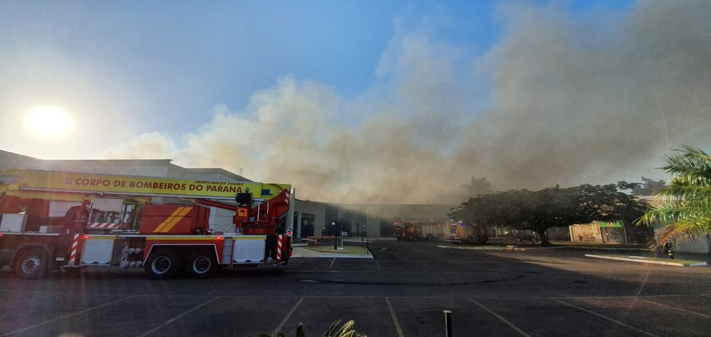 Bombeiros tentam conter incêndio em shopping, em Maringá — Foto: William Souza/RPC