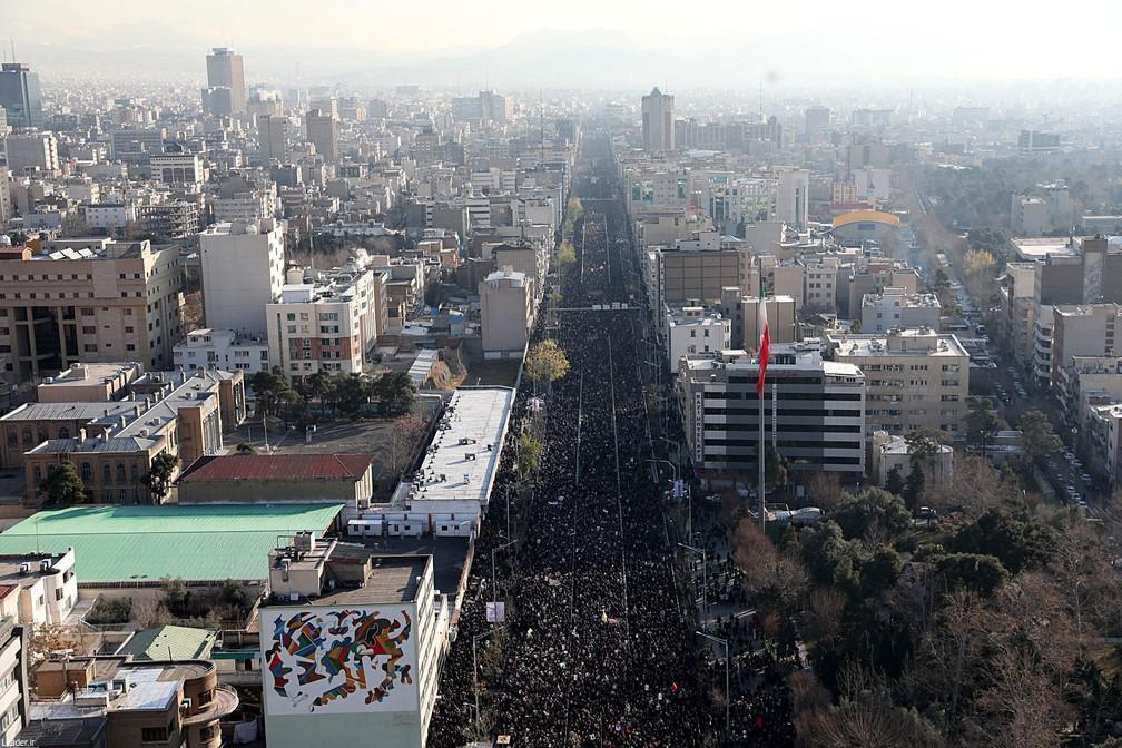 Multidão acompanha funeral de general Qassem Soleimani em Teerã, no Irã, nesta segunda-feira (6)  — Foto: Site oficial da Khamenei / Reuters