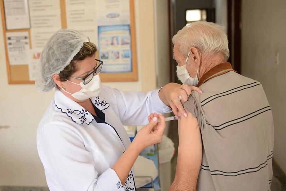 606 idosos com 80 anos ou mais foram vacinados, no sábado em Vargem Grande do Sul — Foto: Prefeitura de Vargem Grande do Sul