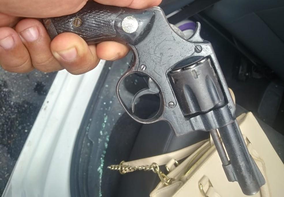Revólver foi encontrado com um dos suspeitos — Foto: Polícia Militar