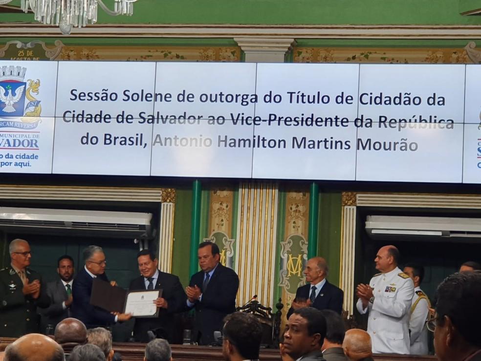 Título de cidadão soteropolitano foi entregue na tarde desta segunda-feira — Foto: Camila Marinho/TV Bahia