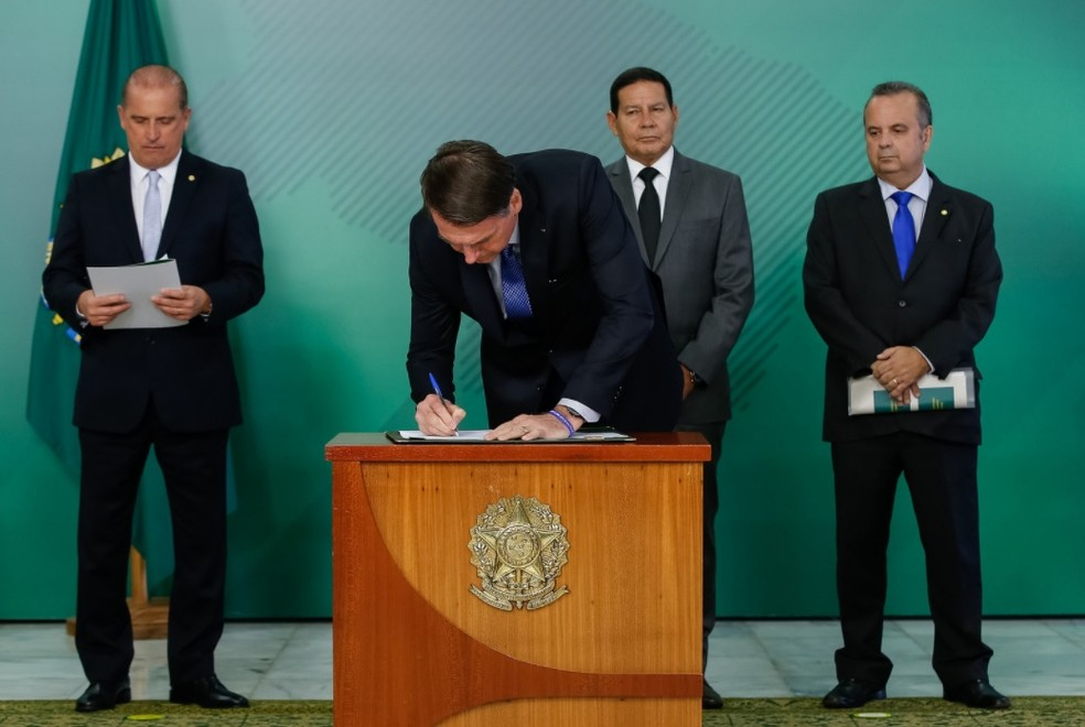 Presidente Jair Bolsonaro assina MP que visa coibir fraudes no INSS — Foto: Alan Santos/PR