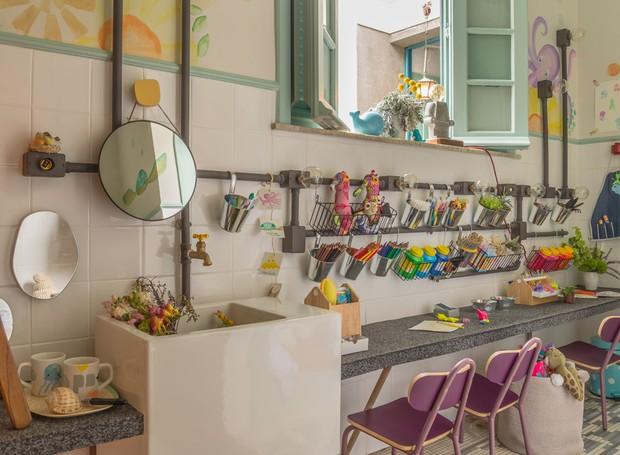 Por que não tornar o banheiro em um laboratório de experiências com muita arte perfeito para as crianças se esbaldarem? Essa é a proposta desse espaço, projetado para pequenos de 2 a 6 anos pelo Coletivo PN+, do escritório Paula Neder (Foto: Casa Na Toca/Divulgação)