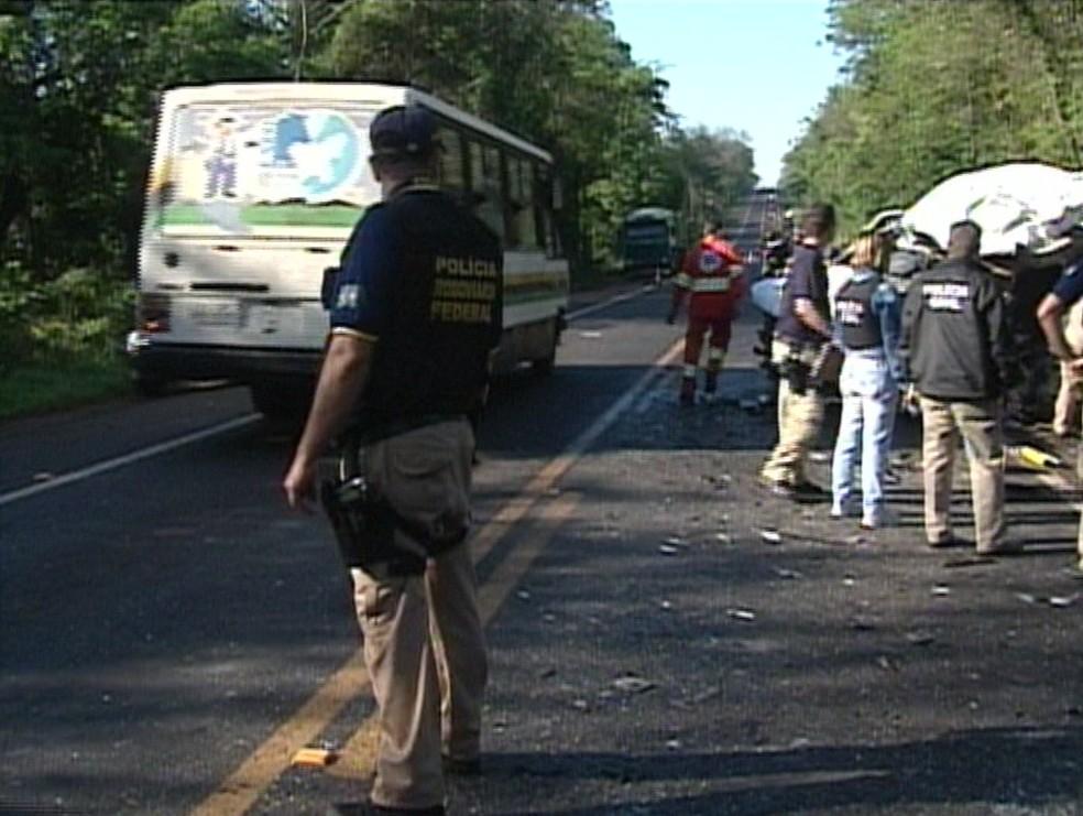 van Van que levava crianças e adolescentes para competição de artes marciais em Foz do Iguaçu sofre acidente — Foto: Reprodução/RPC