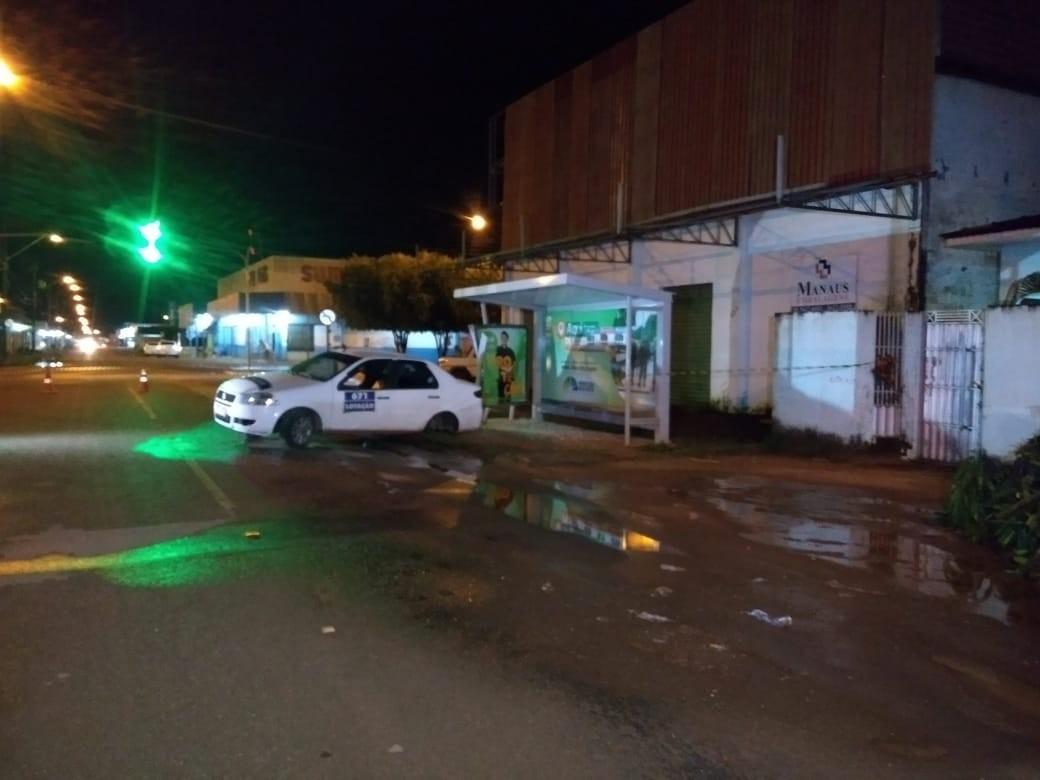 Irmãos assaltam táxi-lotação, motorista pula do carro em movimento e suspeitos sofrem acidente em Boa Vista